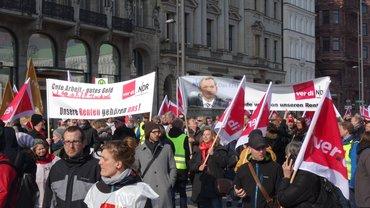 Mitglieder des Senderverbands ver.di im NDR laufen bei einem Demonstrationszug der Streikenden im Öffentlichen Dienst mit