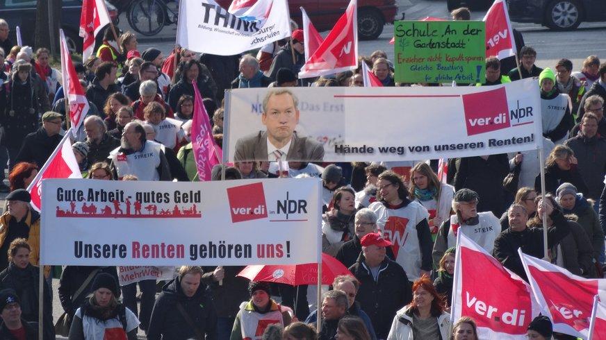 Mitglieder aus dem ver.di Senderverband im NDR nehmen an einer Warnstreikdemo der Kolleginnen und Kollegen im Öffentlichen Dienst teil.