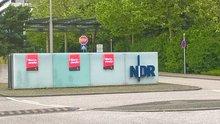 """Plakate """"Warnstreik"""" vor der Einfahrt zum Betriebsgelände des NDR in Hamburg-Lokstedt"""