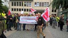 Warnstreik 12. Juni 2017, Streikende vor dem Betriebsgelände NDR Rothenbaumchaussee