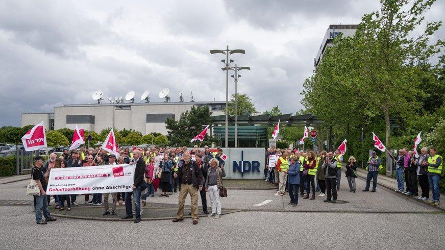 Warnstreikende vor dem NDR Lokstedt